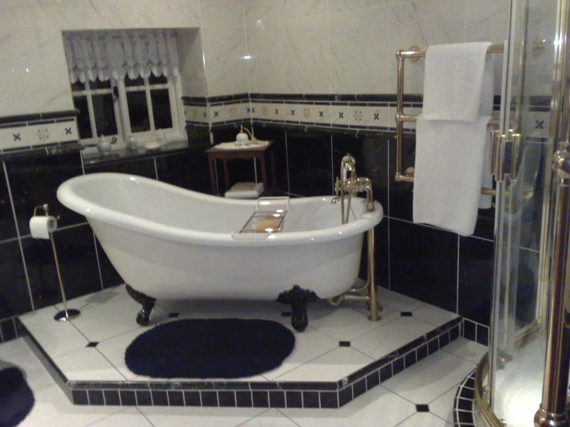 Image 33 - Porcelain Black and White Bathroom