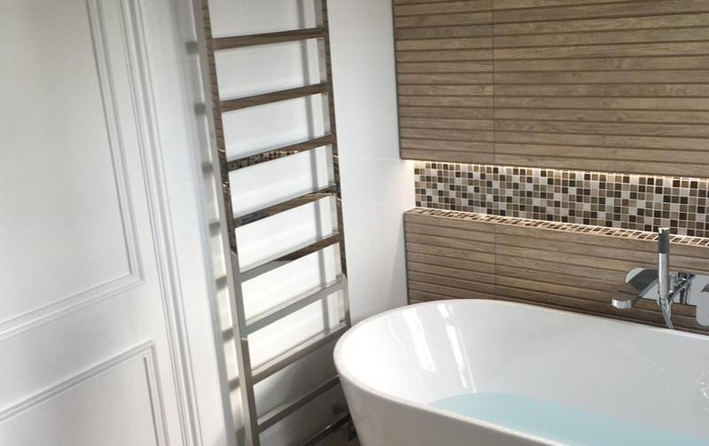 Image 28 - Modern bathroom fitted with a heated individual towel rail and a patterned recess for design.