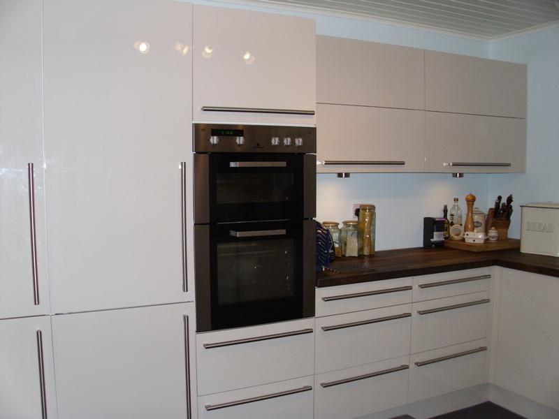 Image 7 - Gloss doors, solid oak worktops.