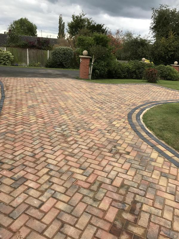 Image 5 - Paving with a paving edge