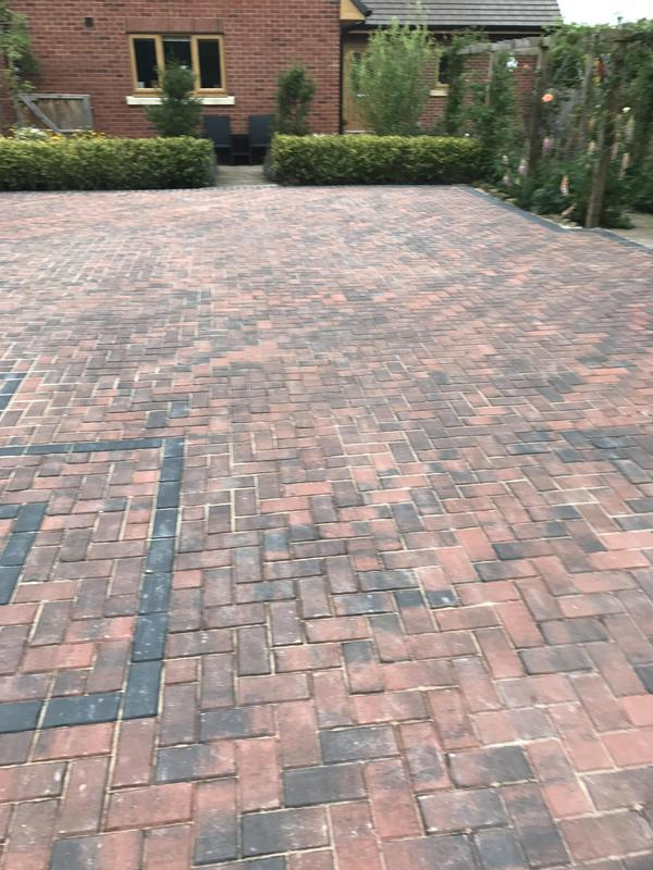 Image 19 - Paving with a paving edge