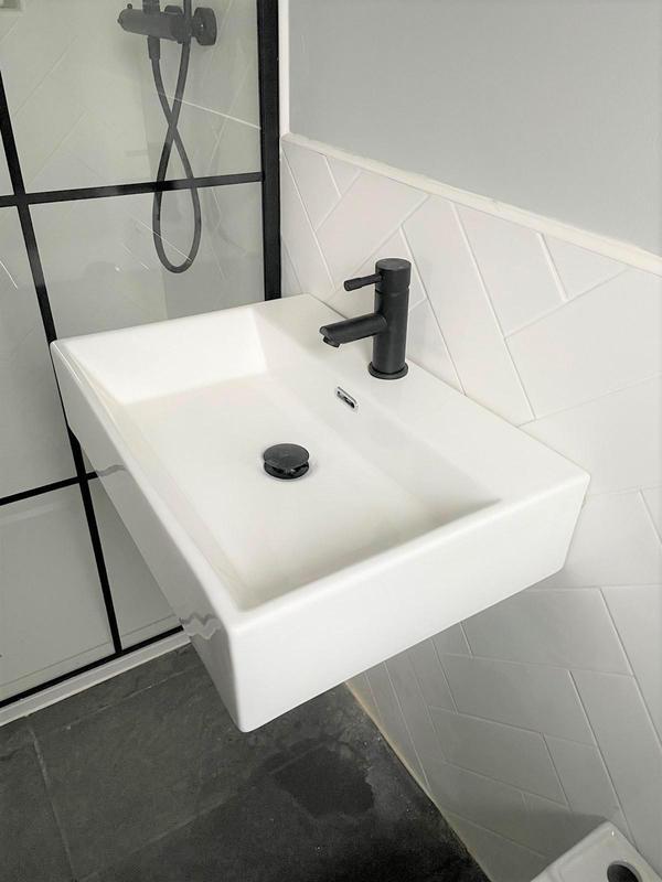 Image 23 - Ensuite Sink
