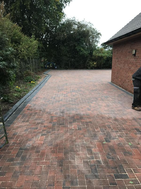 Image 15 - Paving with a paving edge