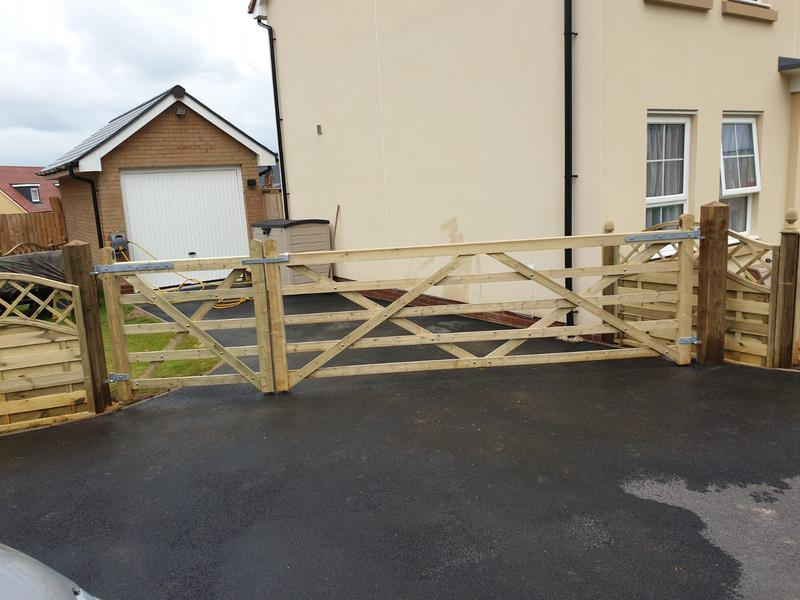 Image 152 - 5 bar pedestrian and vehicle gate, Yeovil