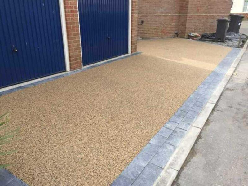 Image 25 - Resin Driveway using Springtime blends with natural sett perimeter border