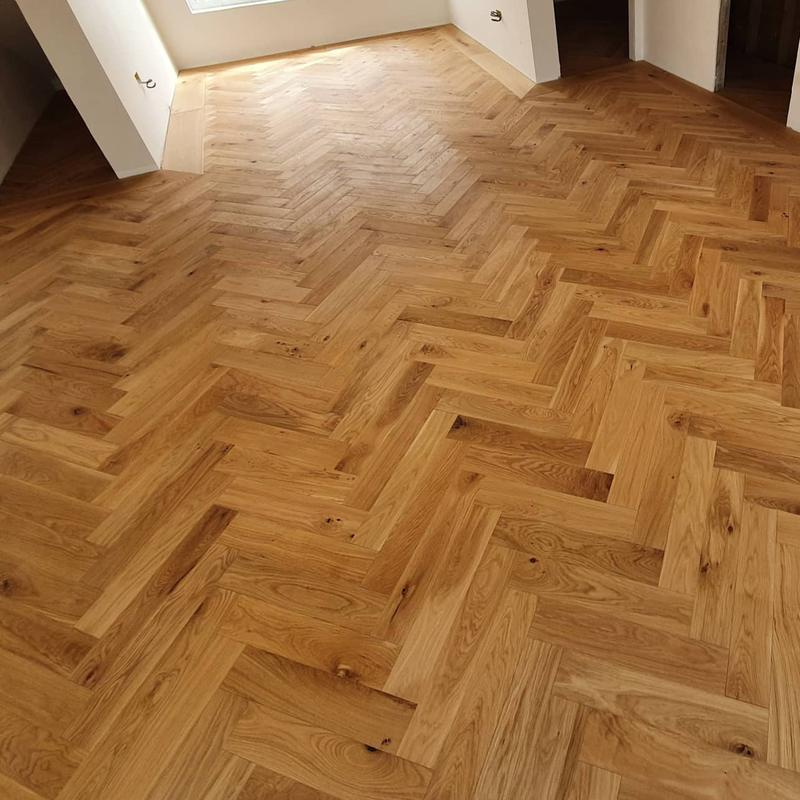 Image 30 - Parquet with wide plank oak borders and brass inlay