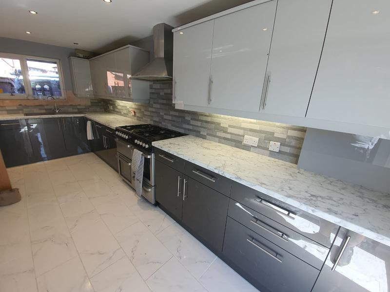 Image 2 - Modern kitchen with splashback tiling