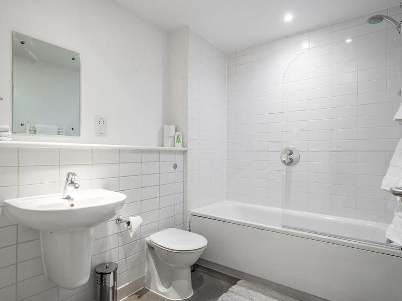 Image 1 - Bathroom - Clean look