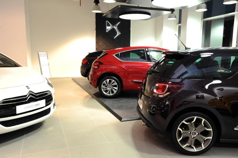 Image 151 - Installing of new tiles to floor in car showroom and decorations