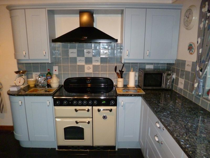 Image 22 - Painted Oak Shaker Doors & Granite Tops
