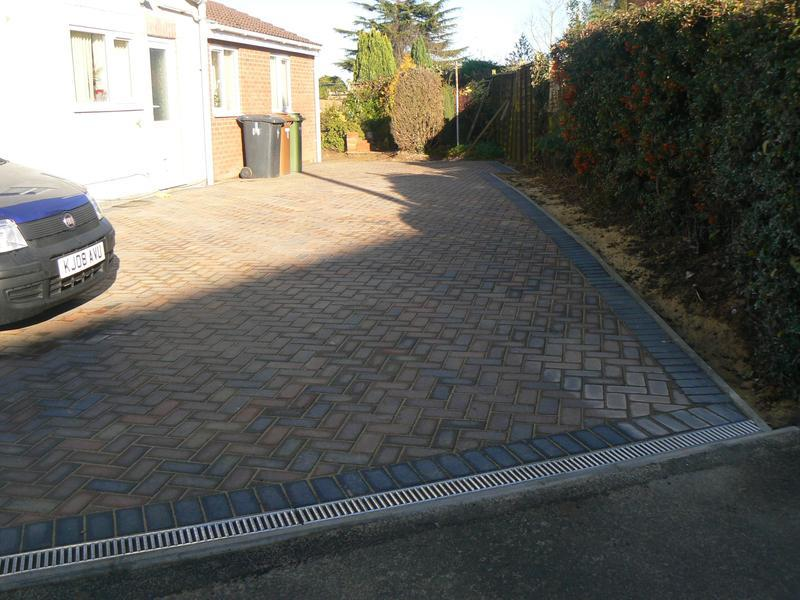 Image 21 - Driveway using Bradstone Autumn blocks with charcoal border