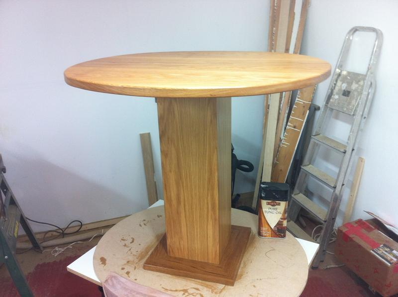 Image 99 - A small solid oak round table