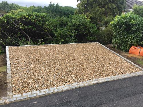 Image 79 - Gravel driveway with granite setts & buff brickwork in Guildford
