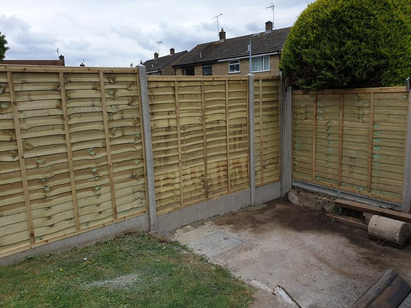 Image 195 - Pro-lap panels on concrete slotted posts and concrete gravel boards, Stoford