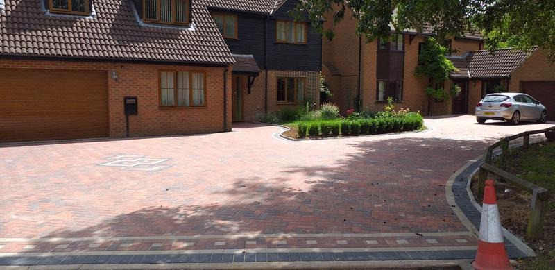 Image 11 - ⭐⭐⭐⭐⭐Stunning driveway completed in willen park layed in 45dg herringbone brindle with charcoal edging & few mosaics top class 👌